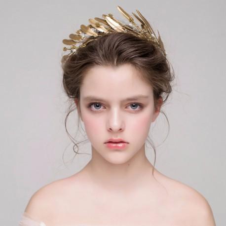 Zlatá čelenka s pírkama